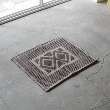 [受注生産] RUG - TAPPETO<br>Rombi Rug with 2 Diamonds motif pattern 50 x 60cm - TAUPE/LIGHT TAUPE